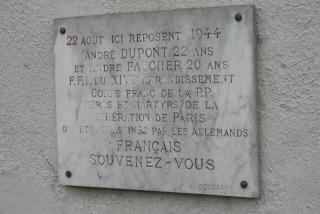 Où se situe cette plaque commémorative ?