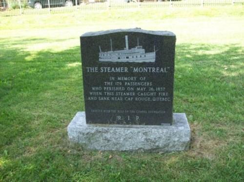 Monument funéraire dédié aux victimes de l'incendie du Montréal. Cimetière Mount Hermon, Québec. Crédit: Vicky Lapointe, 2010